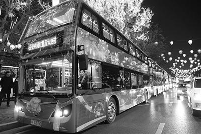 新时代公交成为城市流动风景线